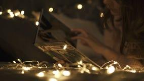Mujer linda que mira el álbum de foto de familia antes de la Navidad metrajes