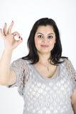 Mujer linda que muestra la mano aceptable de la muestra Fotos de archivo libres de regalías