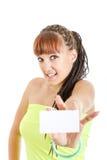 Mujer linda que muestra la muestra en blanco vacía de la tarjeta de papel con el espacio f de la copia Imagenes de archivo