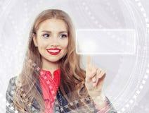 Mujer linda que señala para vaciar la barra de la dirección en explorador Web virtual imagen de archivo libre de regalías