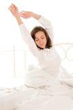 Mujer linda que se estira después de sueño foto de archivo