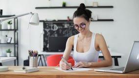 Mujer linda que trabaja en oficina de moda metrajes