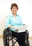 Mujer lisiada con Netbook Fotos de archivo libres de regalías