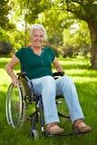 Mujer lisiada en sillón de ruedas Imagen de archivo libre de regalías