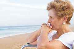 Mujer lisiada mayor pensativa Foto de archivo libre de regalías