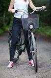 Mujer lista para el viaje de la bicicleta imagen de archivo