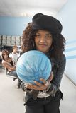 Mujer lista para rodar la bola Foto de archivo libre de regalías