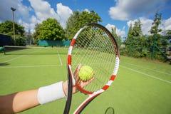 Mujer lista para servir la pelota de tenis Imágenes de archivo libres de regalías