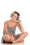 Mujer listetning a la música Fotos de archivo