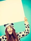 Mujer loca feliz en el traje de la vaca que lleva a cabo al tablero Foto de archivo libre de regalías