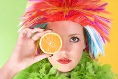 Mujer loca joven con el pelo y la naranja coloridos Fotos de archivo libres de regalías