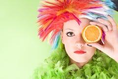 Mujer loca joven con el pelo y la naranja coloridos Fotografía de archivo