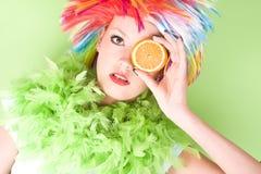 Mujer loca joven con el pelo y la naranja coloridos Imagen de archivo libre de regalías