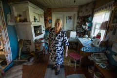 Mujer local de Epsian en ellos hogar rural imagenes de archivo