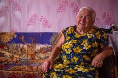 Mujer local de Vepsian en ellos hogar rural fotos de archivo libres de regalías