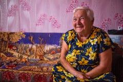 Mujer local de Vepsian en ellos hogar rural imagenes de archivo