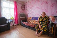 Mujer local de Vepsian en ellos hogar rural foto de archivo