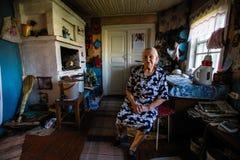 Mujer local de Vepsian en su hogar rural foto de archivo