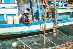 Mujer local en el pueblo del pescador imagen de archivo libre de regalías