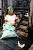 mujer local que vende pescados en el mercado del pueblo delante de su hogar fotografía de archivo libre de regalías