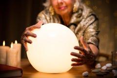 Mujer mágica con la bola de cristal imagenes de archivo