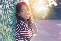 Mujer más joven asiática hermosa riendo con la emoción de la felicidad Foto de archivo libre de regalías