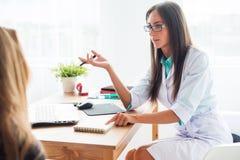 Mujer médica del doctor del médico que habla con el paciente Foto de archivo libre de regalías
