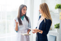 Mujer médica del doctor del médico que habla con el paciente Imagen de archivo libre de regalías