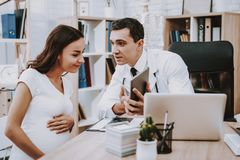Mujer Médico consulta Laptop gynecology fotografía de archivo libre de regalías
