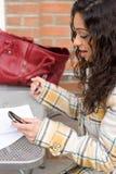 Mujer móvil moderna Foto de archivo libre de regalías