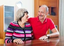 Mujer madura alegre con el marido fotos de archivo