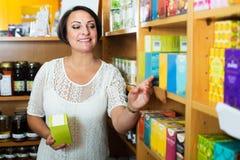 Mujer madura alegre en tienda Foto de archivo libre de regalías