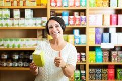 Mujer madura alegre en tienda Fotografía de archivo