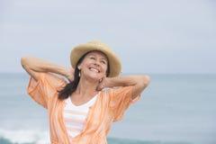 Mujer madura atractiva alegre feliz imagen de archivo libre de regalías