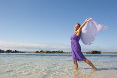 Mujer madura atractiva en alineada púrpura Imágenes de archivo libres de regalías