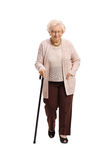 Mujer madura con caminar del bastón fotos de archivo