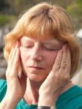 Mujer madura con dolor de cabeza Imágenes de archivo libres de regalías