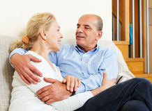 Mujer madura con el marido mayor en hogar Imagen de archivo libre de regalías