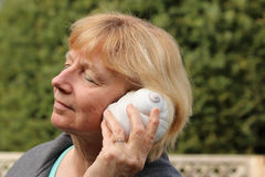 Mujer madura con la concha marina Imágenes de archivo libres de regalías