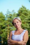 Mujer madura con los brazos cruzados foto de archivo libre de regalías