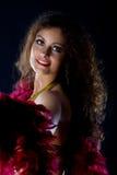 Mujer madura de la belleza con mirada roja de la boa en usted Fotografía de archivo libre de regalías