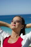 Mujer madura del retrato en la playa fotografía de archivo libre de regalías