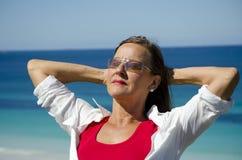 Mujer madura del retrato en la playa imagen de archivo libre de regalías