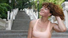 Mujer madura deportiva que sacude el pelo rojo y la sonrisa almacen de metraje de vídeo