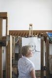 Mujer madura en Art Studio Fotografía de archivo libre de regalías