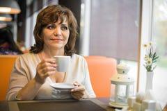 Mujer madura en café Imágenes de archivo libres de regalías