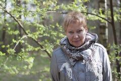 Mujer madura en el bosque de la primavera Fotos de archivo