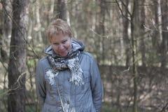 Mujer madura en el bosque de la primavera Foto de archivo