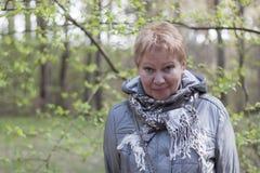 Mujer madura en el bosque de la primavera Imagen de archivo