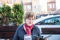 Mujer madura en el café al aire libre Fotografía de archivo